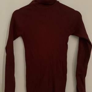 Vinröd turtleneck tröja från Gina, storlek M
