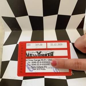 Någon som skulle vela köpa Presentkort ifrån Newyorker på 349 kr? Funkar i ALLA New yorker butiker i hela EU. Köpte en jacka men ångra mig och fick tillbaka presentkort, önskar hellre att få använda pengarna till annat. :)