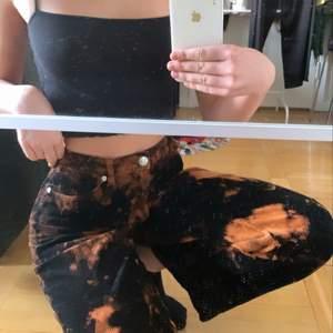 Riktigt snygga byxor som tyvärr är för små för mig. Supersköna och bekväma. Lite för korta för mig som är 1,75 men jag vill också ha dom ganska långa. Frakt tillkommer ❤️