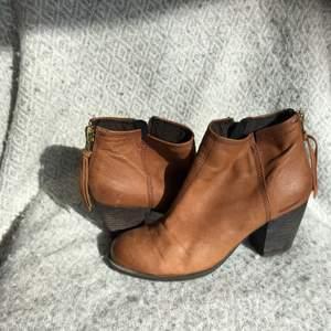 Suuuper fina klackskor. Har bara stått i garderoben jätte länge. Var min mammas men hon har haft svårt att gå i klackar. De är i en super fin brun färg. Inte för hög klack. De är i fin kvalitet 😁