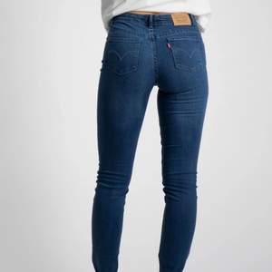 Levis jeans lågmidjade skinnyjeans, mörkblåa❤️mer frågor kontakta gärna mig och för fler bilder