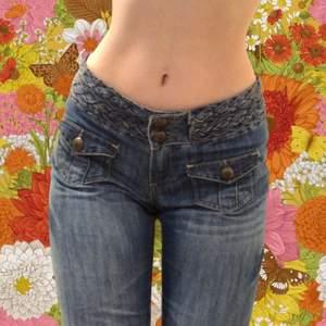 Supercoola retro stil byxor med coola detaljer från Denim Co i 70's flare stil! Står storlek 38 men passar som 34! Fynd!! *Jag på bild är 165cm och har xxs/xs