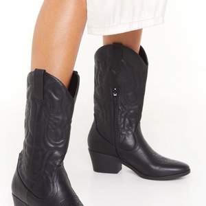 Hejhej! Söker efter ett par cowboy boots lik dessa! Gärna lika höga men inte ett måste att de är svarta! Kan mötas upp i Stockholm! Gärna innan midsommar hehe.. hmu om du säljer!