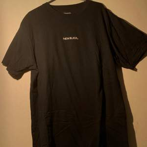 Sparsamt använd T-shirt från New Black. FRI FRAKT!! Nypris- 399:-