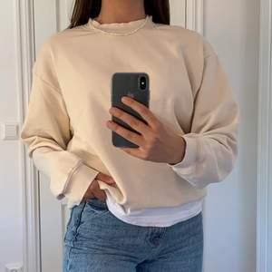 Säljer denna jättefina kräm färgade sweatshirt som passar perfekt nu till sena sommar kvällar!😍☀️ Om det är flera intresserade så blir det budgivning. Om du har frågor osv är det bara att kontakta mig privat!❤️