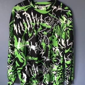 Säljer en skitcool oversize tröja från Shein med egirl/eboy vibes. Det står storlek XS men den är väldigt oversize så passar nog upp till en liten L. Säljer för 40kr + frakt på 57kr. Den är aldrig använd och är i bra skick.