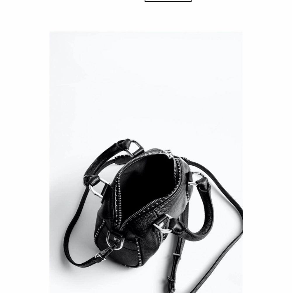 (Är öppen för byten) (har över 100 meddelande så hinner inte svara alla) säljer eller helst byter min zadig Voltaire väska sunny bag somr ny skick! Kan byta mot, kurt geiger, valentino, stella väska. OBS kan betala mer såklart om väskan är dyrare. Väskor.