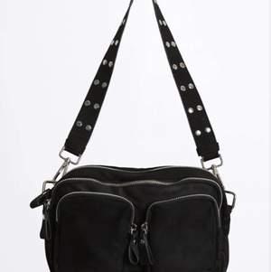 Säljer denna väska från ginatricot, säljer den pga jag inte har användning för den. Den får plats med massor i största facket och lite mindre saker i dom 2 mindre. Jätte smidig och man vill ha plats med många saker men inte behöver ha en så stor väska. Köpt för 400kr säljer för 350 och upp. (Lånad bild från hemsidan) 💘💘 buda på