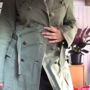 Vintage Grön kappa med fina detaljer och knappar. I midjan finns det ett skärp i samma gröna färg. Finns knappar att stänga jackan med också.🌱