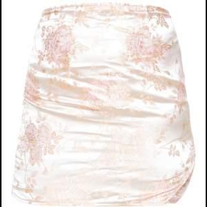 HELT NY galet fin kjol i jättefint material, aldrig använd eftersom att den tyvärr var för tajt runt höfterna. Behöll den för returen var dyr ✨