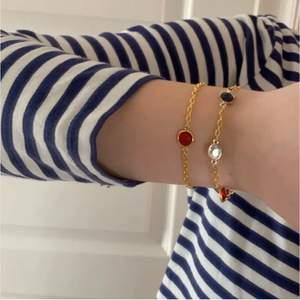 Två armband som jag gjort! Glasstenar i guldpläterad länk. Jag bjuder på frakten❤️ 119kr för det med tre stenar, 99kr för det med en sten. Båda för 189kr