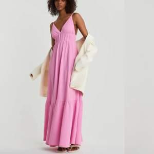Superfin och populär rosa långklänning från Gina Tricot! Endast testad men kommer inte till användning, säljer direkt för orginalpriset 499 + frakt🤍🤍