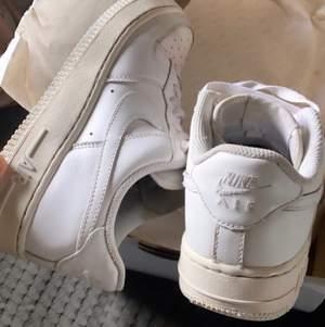 Säljer dessa skor som är i storlek 37-38, de kommer tyvärr inte till någon användning och därför säljer jag de. De är lite slitna där fram så om du är intresserad kan jag skicka bild. Buda privat! 400kr nu