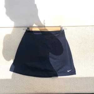 Från Nike, strl xs! Mörkblå med tighta shorts under som en vanlig tenniskjol. Aldrig använd med alla lappar kvar.🌷