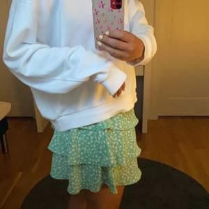 Säljer min skitsnygga slutsålda kjol från Vero Moda vid bra pris☺️ Köpt förra året men väldigt fint skick. En storek M men väldigt stretchig så passar S-liten XL. Köpt för 279👌🏽