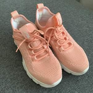 Aprikosfärgade sneakers från Fila i strl 37. Endast testade en gång till affärer och tillbaka, så gott som nya. Säljer för att de är lite för små för mig.