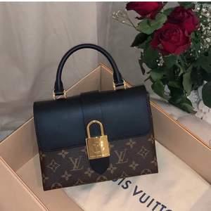 Intressekoll på min fina Locky BB small handbag från Louis Vuitton. Ser IDENTISKT ut som originalet, är i äkta läder, toppkvalite! Köptes för 1995kr, ganska ny!
