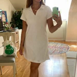 Säljer min fina fina klänning från weekday då den inte kommer till så mycket användning! Den har en svag svag fläck (sista bilden) från när jag spillde vatten & skulle torka bort med en svart servett🥴 går nog bort om man tvättar den ännu en gång🌸 200kr + frakt🌸