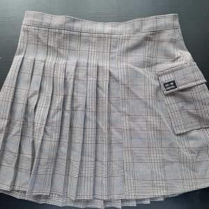 Rutig kjol från Urban Outfitters! Passar mig som är mellan 36-38💕