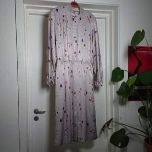 Fantastisk lång vintageklänning i lite glansigt material. Den har fickor, underklänning och en liten dragkedja i sidan🍀