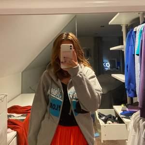 Säljer denna populära zip hoodie från beyond retro, använd 1 gång av mig💞 frakt tillkommer på 66kr💞