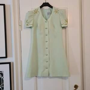 Strl 34, vacker vintage mini dress som passar utmärkt till cowboy boots eller tennisskor.