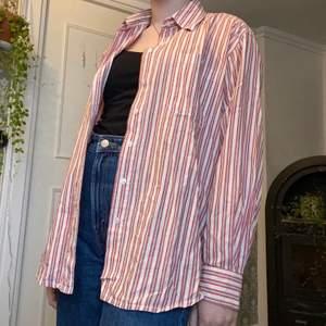 Skjorta jag köpt secondhand. Tyvärr inte min stil längre. Står strl 42, skulle säga att den är mindre. Jag har vanligtvis s. Frakt tillkommer