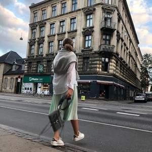 Säljer min Rebecka Minkoff väska!! Nypris: ungefär 1500kr❤️den har inga skador och endast använd ett fåtal gånger. Köpt i Göteborg 2018 och dustbag medkommer. Helt perfekt storlek som går att använda till både vardag och tillställningar!💖ledande bud: 530kr
