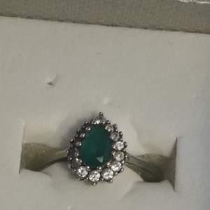 Säljer den här diamant ringen för 100kr. Den är extremt vacker och för frågor så skriv gärna, PS vet ej om den är äkta 💕