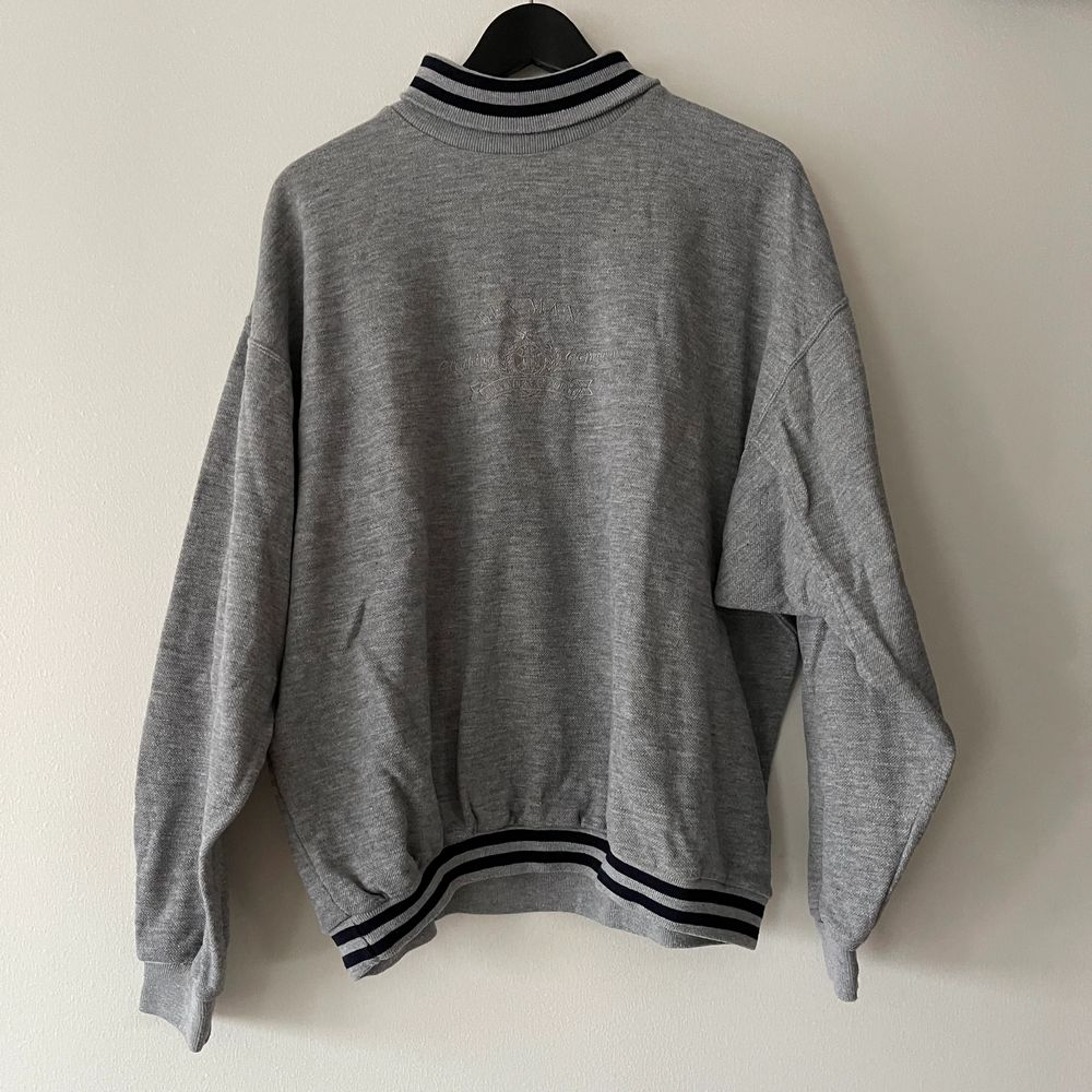 Sweatshirt köpt secondhand i storlek L💖 bara att skriva för fler bilder💕. Huvtröjor & Träningströjor.
