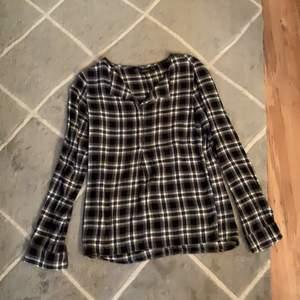 En rutig skjorta från kapphal i storlek S.                         100 kr + ev frakt