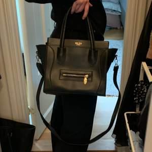 Jättefin Celine-inspirerad väska. Jag har verkligen använt den jättemycket, men det är hur fin som helst fortfarande ändå, utan tecken på användning. Billig pga rensning och hopp om snabb affär! Storleken är perfekt, liten men får plats med mycket! Mitt absolut bästa pris är 300 inklusive frakt!