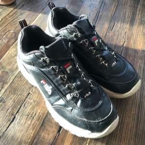 Superfina fila skor i storlek 40! Fint skick men lite smutsiga, men bortsätt får att dom är lite smutsiga så är dom superfina!💕
