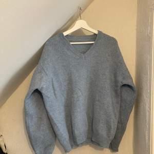 superfin ljusblå v-ringad stickad tröja. Oklar storlek men ganska oversized på mig som är s/m. Köpt secondhand. 🦕🦕🦕