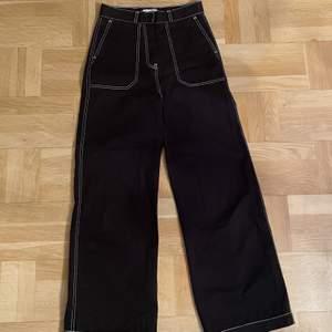 Svarta wide leg byxor från Junkjard i storleken XS, passar S eventuellt M (dam), använts två gånger säljs pga för stora. Passar för att skejta i, eller för vardagliga tillfällen💘💘