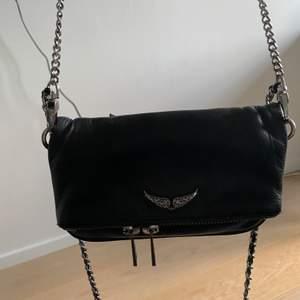 Säljer min svarta Zadig Voltaire väska, de är den lilla modellen. Den har slitits litegrann på dragkedjan annars i väldigt fint skick! 700kr +frakt