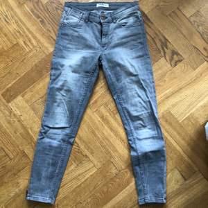 Vanliga grå jeans, bra passform, kortare i benen med dragkedjor på sidorna av nedre benet, true to size, köparen står för frakten
