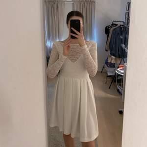 En fin spetsklänning med öppen rygg. Använd men i bra skick. Storlek S men är tajt i ärmarna och vid axlarna så skulle säga mer åt XS. 50 kr + frakt✨