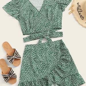 såååå gullig kjol från shein. Ser lite mörk ut på bilden men den är grön i verkligheten!! Har dargkjedja bak! Storlek L men passar M.💚  köparen står för frakten!
