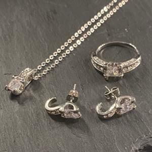 Ett paket med matchande örhängen, en ring och ett halsband, helt nytt💗