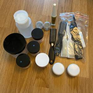 Säljer massa nagel grejer då jag inte har tid för naglar längre. skriv för pris då vissa akryl pulver bara finns hälften kvar. det jag säljer, akryl pulver, nagelborstar, pärlor, pump, guld nagellack, tomma burkar