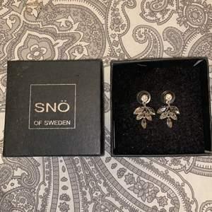 Oanvända örhängen i silver från snö of Sweden. 2,5cm i längd. Säljs inte med förpackning. Pris diskuteras. Inga skador.