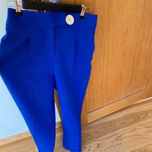 Blåa jättehärliga kostymbyxor från Zara! Endast använda en gång. Säljer pga ej kommit till använding och aningen små för mig.