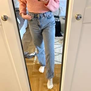 Jeans som är ganska lösa i passformen! Supersnygga men har inte längre plats i garderoben! De blev färgade i tvätten en gång så de har en väldigt svag rosa ton, men jag tyckte nästan att de blev snyggare efter det haha!