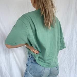 En härlig t-shirt i perfekt grön nyans. Säljer pga används aldrig. Är från herravdelningen på Weekday i stl XXL, men avklippt och sitter snyggt på en M-L eller mindre om man knyter den t.ex! Bra skick och snygg till det mesta!