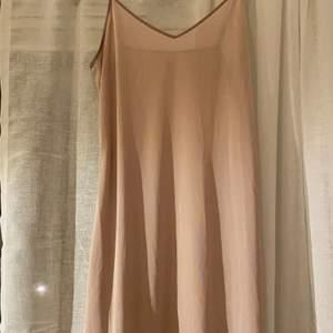 Säljer en underklänning som aldrig använts. Går också att använda som vanlig klänning. Har justerbara band