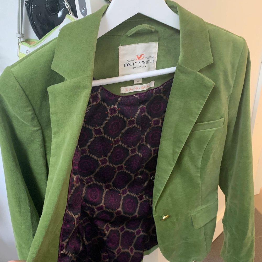 Snygg grön sammetskavaj från märket Holly & white. Priset är inklusive frakt, möts inte upp❣️. Jackor.