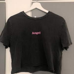 En jättefin grå T-shirt med rosa tryck på fram och baksida från Subdued. Bara använd ett fåtal gånger, inga skador. Vid intresse eller frågor om plagget kontakta mig privat:)