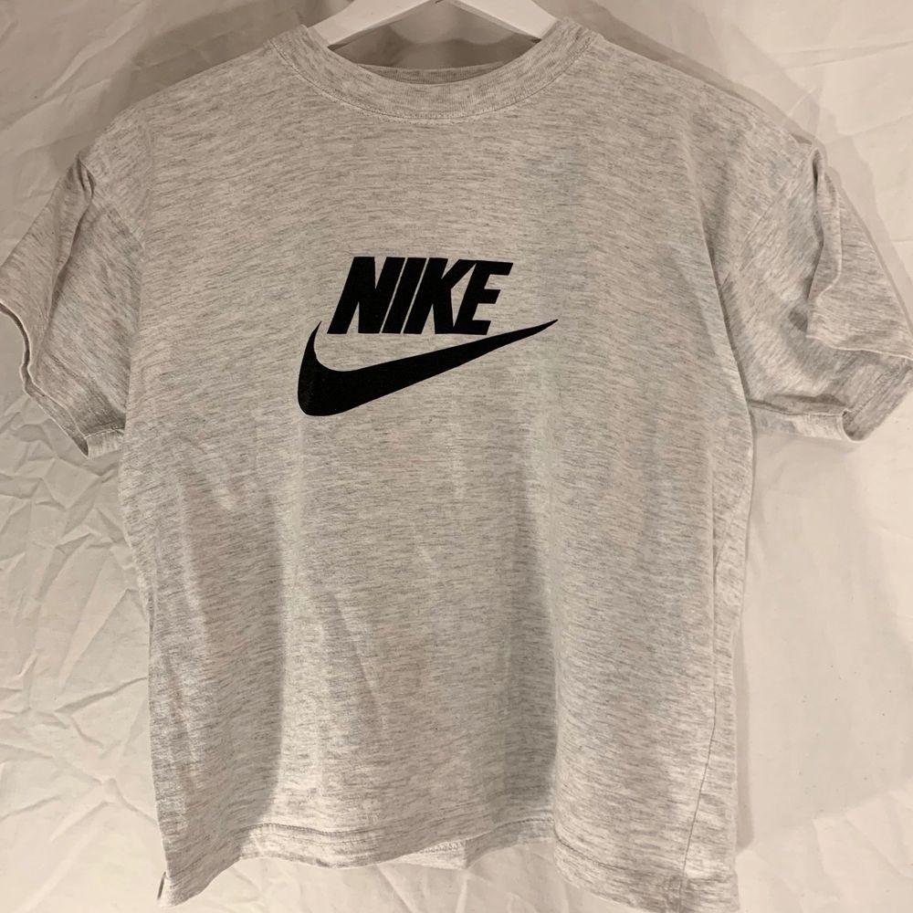Ljusgrå / vit T-shirt med svart tryck från Nike. Fint skick. . T-shirts.