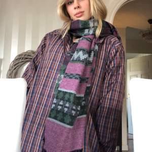 Supercool sjal i mörkare färger: lila, svart, grå, mörkgrön. Hör av dig vid frågor!